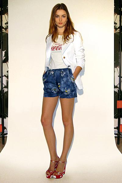 Къси панталони сини и бяло сако Предесенна колекция Dolce and Gabbana 2011