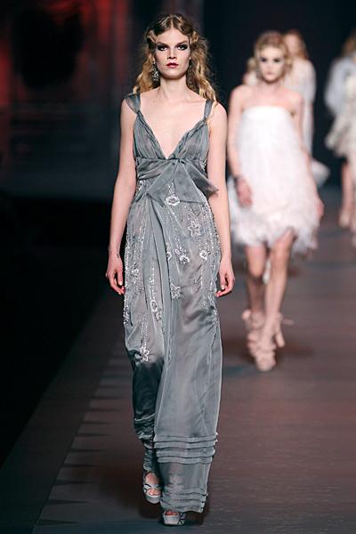 Дълга рокля с остро деколте и бродерии Dior Есен-Зима 2011