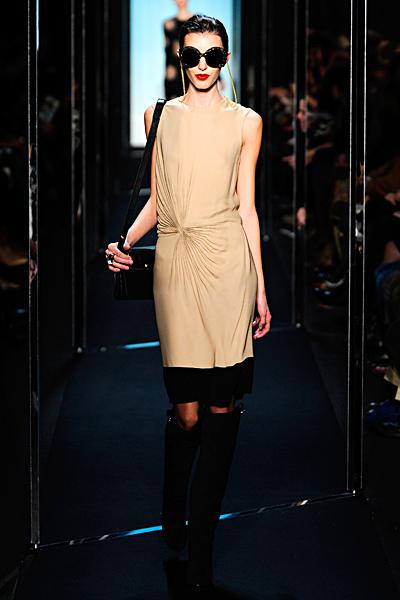 Стилна права рокля без ръкави в бежово Есен-Зима 2011 Diane von Furstenberg
