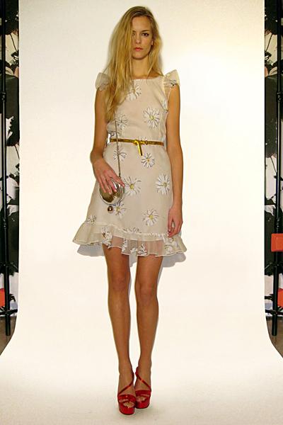 Бежова рокля без ръкави с цветя Предесенна колекция Dolce and Gabbana 2011