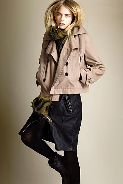 Дънкова пола с ципове и късо бежово сако Brit Есен-Зима 2011 от Burberry