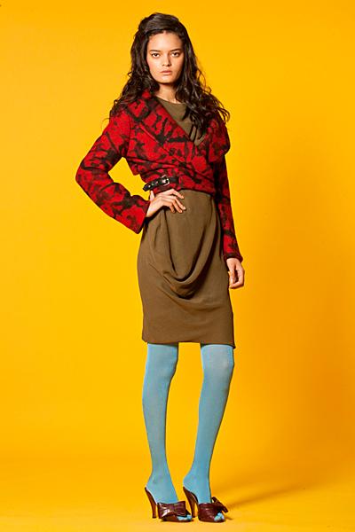 Кафява рокля и късо червено сако на пръски Anglomania Есен-Зима 2011 от Vivienne Westwood