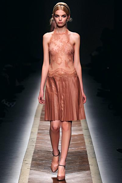 Ефирна рокля без ръкави с разкроена пола до коляно Есен-Зима 2011 Valentino