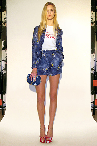 Къс панталон и сако сини на цветя Предесенна колекция Dolce and Gabbana 2011