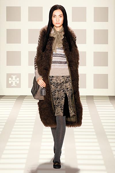 Права пола с шарки и цепка, пуловер на райе и пухено палто до коляно Tory Burch Есен-Зима 2011