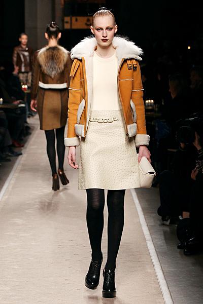 Бежова рокля и късо палто с мека кожа Есен-Зима 2011 Loewe