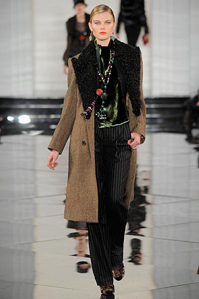 Черен панталон райе с елек и кафяво палто с агнешка яка Есен-Зима 2011 Ralph Lauren