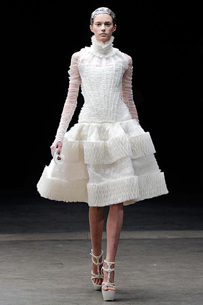 Разкроена рокля бяла до коляното Alexander McQueen Есен-Зима 2011
