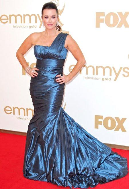 Кели Ричардс в разкошна рокля от син сатен на Ines Di Santo