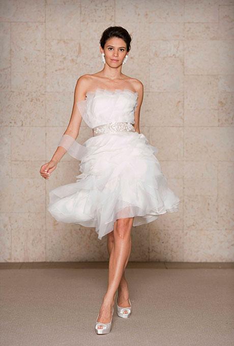Къса сватбена рокля напластени ефирни пластове  Oscar de la Renta Есен 2011