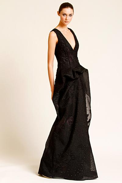 Черна дълга рокля с дълбоко деколте Предесенна колекция Carolina Herrera 2011