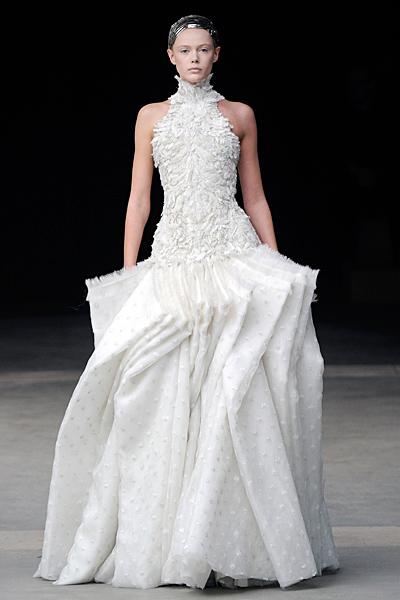 Дълга рокля с пера Alexander McQueen Есен-Зима 2011