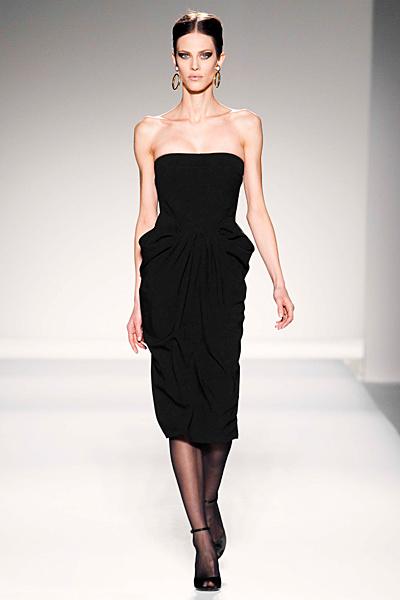 Коктейлна черна рокля без презрамки набрана по талията