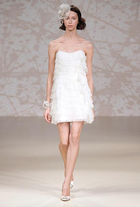Къса сватбена рокля с напластена дантела Jenny Packham Есен 2011
