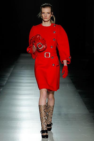 Червено палто с големи копчета, ръкави 7/8 и колан на кръста Prada Есен-Зима 2011