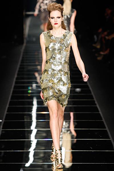 Коктейлна рокля без ръкави с лъскави детайли John Richmond Есен-Зима 2011
