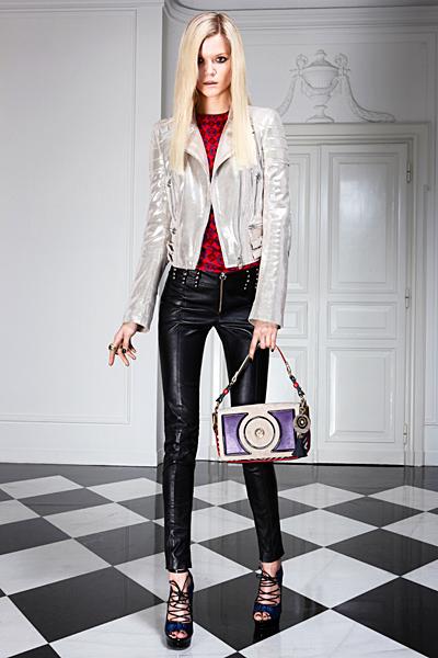 Тесен кожен панталон и светло сако Предесенна колекция Versace 2011