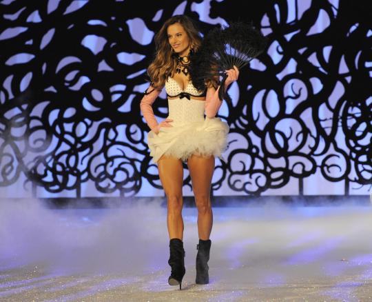Алесандра Амброзио в прекрасно секси бельо Шоуто на Victoria's Secret 2011