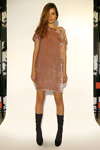 Бежова рокля Предесенна колекция Dolce and Gabbana 2011