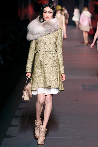 Вталено палто с бродерии и кожена яка Dior Есен-Зима 2011