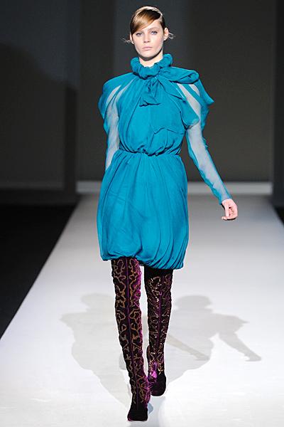 Ефирна рокля с висока яка тюркоазено синя Есен-Зима 2011 Alberta Ferretti