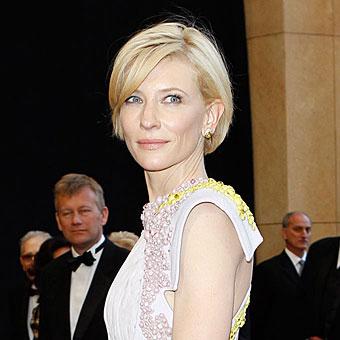 Кейт Бланшет с къса обемна прическа и бретон настрани на Оскарите 2011