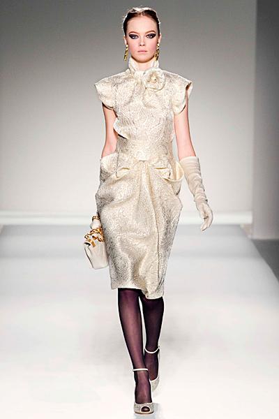 Елегантна кремава рокля набрана на места Есен-Зима 2011 Moschino