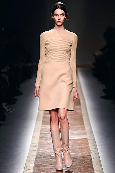 Семпла бежова рокля до коляно Есен-Зима 2011 Valentino