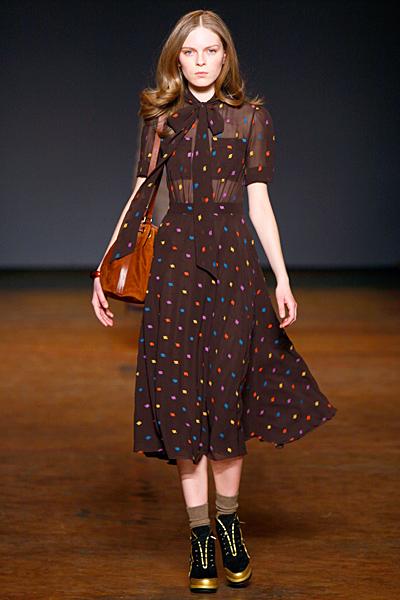 Кафява разкроена рокля на цветни точки Marc от Marc Jacobs Есен-Зима 2011
