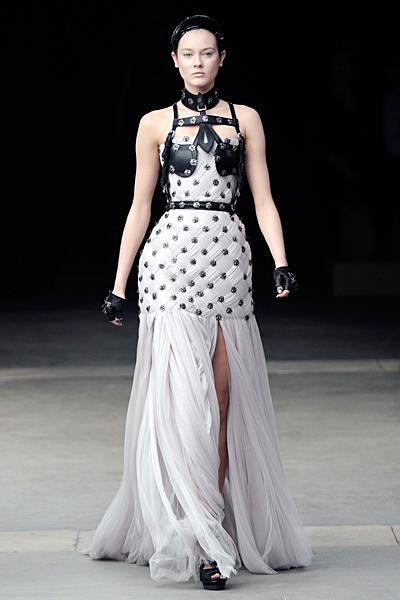 Дълга рокля с цепка Alexander McQueen Есен-Зима 2011