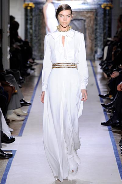 Дълга бяла рокля с панделка на врата и изрязано деколте с колан 3 реда Есен-Зима 2011 Yves Saint Laurent