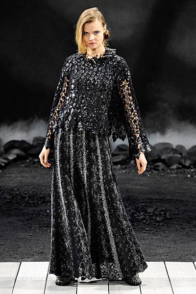 Черна дълга рокля дантела и наметало Есен-Зима 2011 Chanel