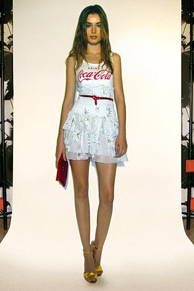 Бяла пола висока талия с цветя и бял топ Предесенна колекция Dolce and Gabbana 2011
