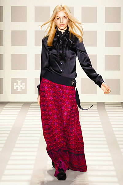 Дълга пола в розово, лилаво и циклама и черна риза сатен Tory Burch Есен-Зима 2011