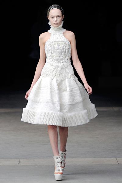 Разкроена рокля без ръкав Alexander McQueen Есен-Зима 2011