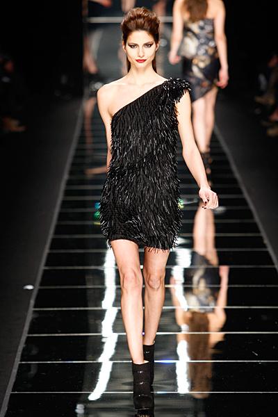 Мини черна рокля с едно рамо на ресни John Richmond Есен-Зима 2011