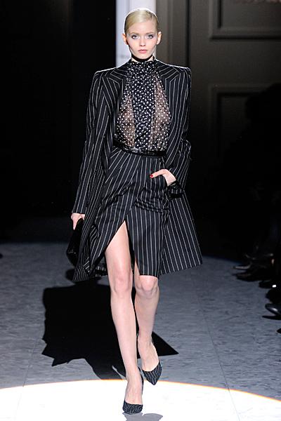 Пола и дълго сако в черно с райе и секси риза на точки Есен-Зима 2011 Salvatore Ferragamo