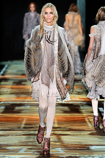 Къса сива рокля и кожен елек с косъм Есен-Зима 2011 Roberto Cavalli
