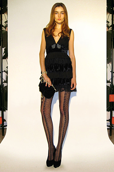 Къса черна рокля с дълбоко деколте Предесенна колекция Dolce and Gabbana 2011
