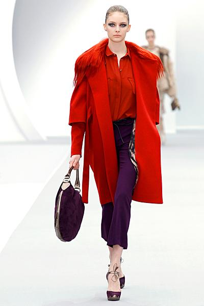 Лилав панталон с червена риза и червено палто JC Есен-Зима 2011 на Roberto Cavalli
