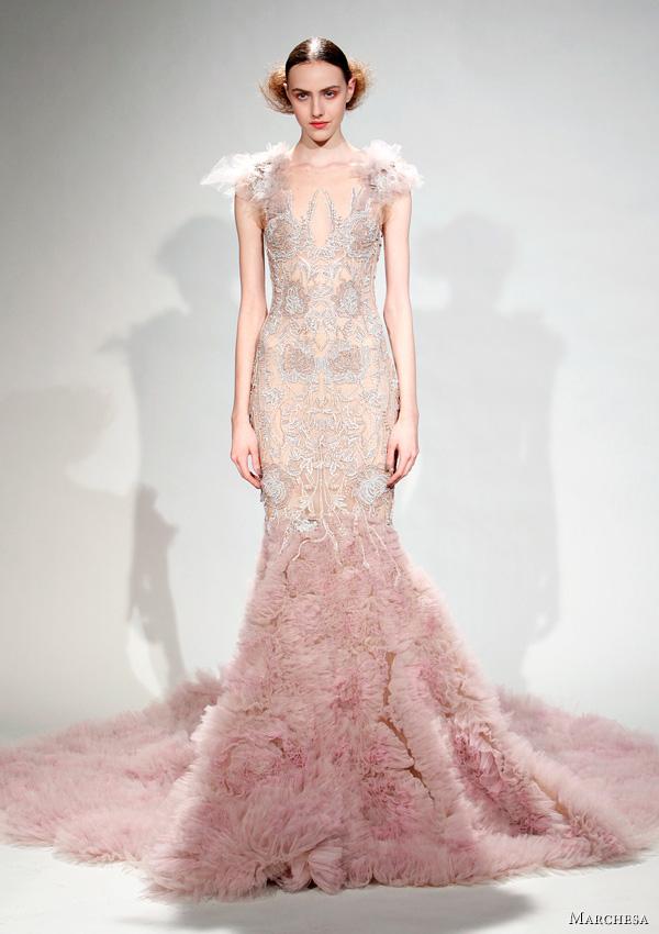 Вталена дантелена рокля в бледо розово Marchesa Есен-Зима 2011