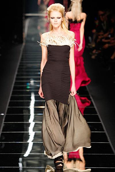 Черна дълга рокля с ефектно продължение от коляното надолу John Richmond Есен-Зима 2011
