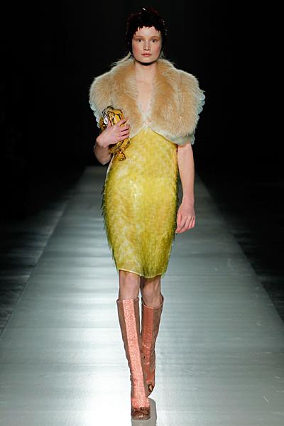 Рокля жълти пайети и кожена яка Prada Есен-Зима 2011