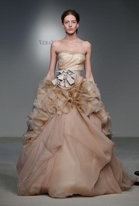 Сватбена рокля с пищно набрани елменти около талията в блед пепелив цвят Vera Wang Пролет-Лято 2012