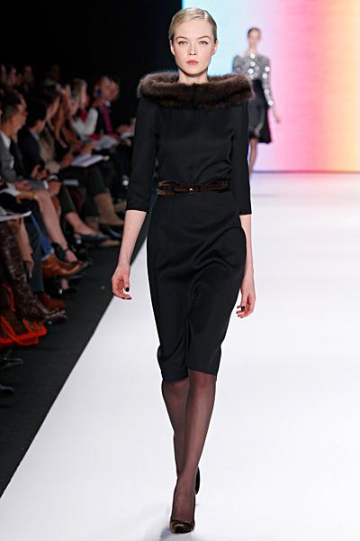 Черна строга рокля с 3/4 ръкави и пухена яка Carolina Herrera Есен-Зима 2011