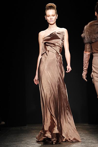 Дълга рокля с голи рамене Есен-Зима 2011 от Donna Karan