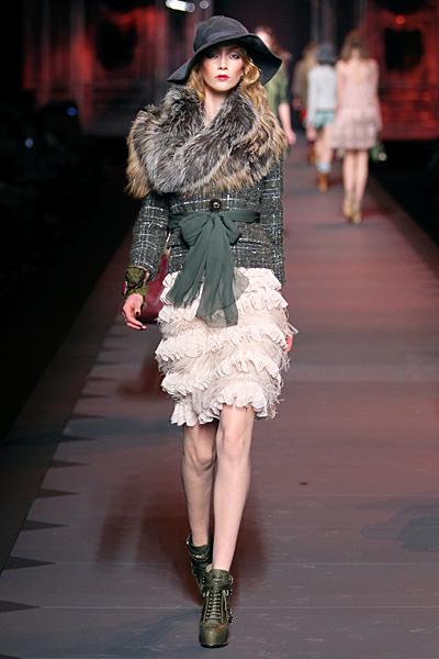 Дантелена пола с волани с късо палто Dior Есен-Зима 2011