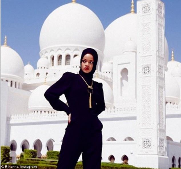 Риана пред джамия в Абу Даби