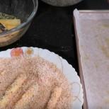 Пригответе лист за печене: поставете го върху тавичката за печене и след това го намажете със зехтин.