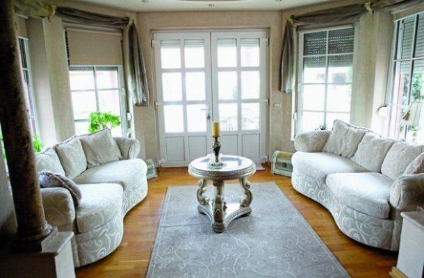 Всекидневната в дома на Лепа Брена